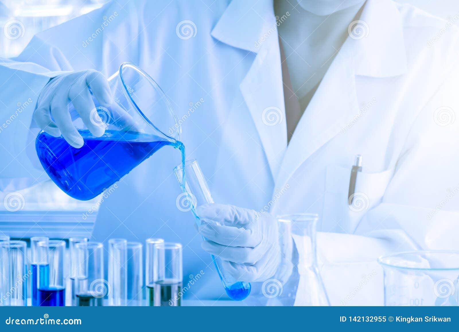La substance liquide bleue versait dans le tube à essai