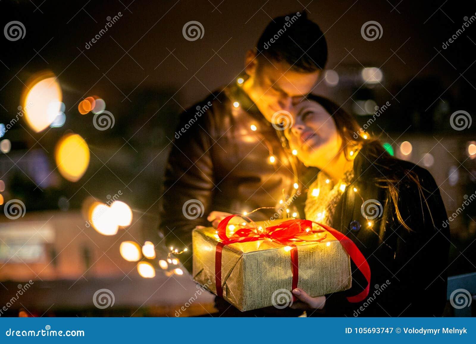 Cadeau De Noel Romantique Pour Homme.La Surprise Romantique Pour Noël Femme Reçoit Un Cadeau De