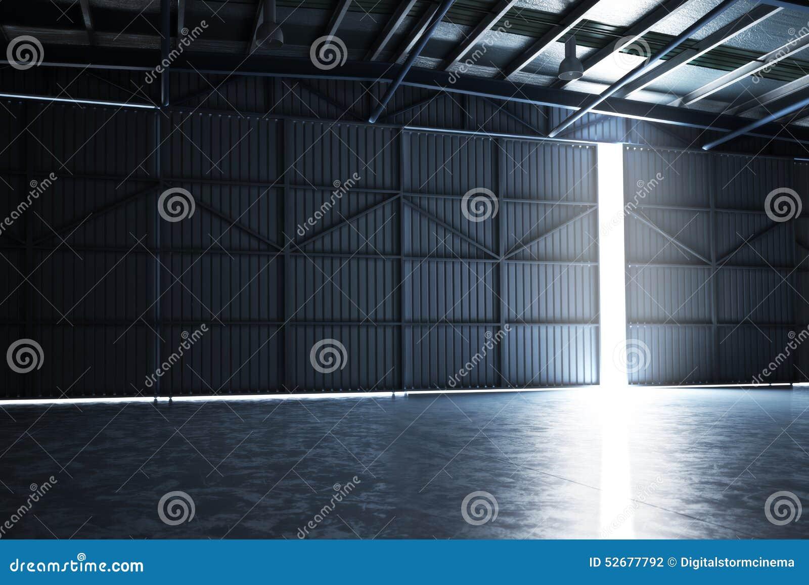 La suspensión vacía del edificio con la puerta agrietó abierto con el sitio para el espacio del texto o de la copia