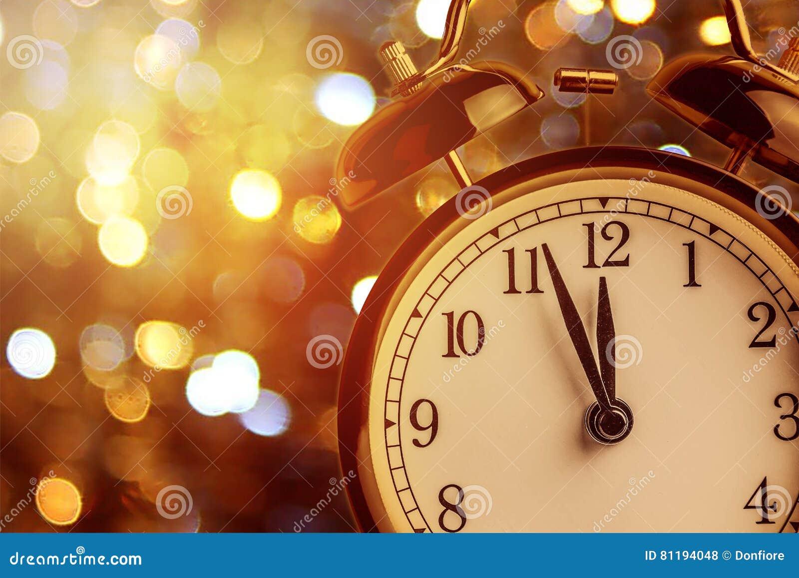 La sveglia d annata sta mostrando la mezzanotte È orologio del ` di dodici o, natale e bokeh, concetto festivo del buon anno di f