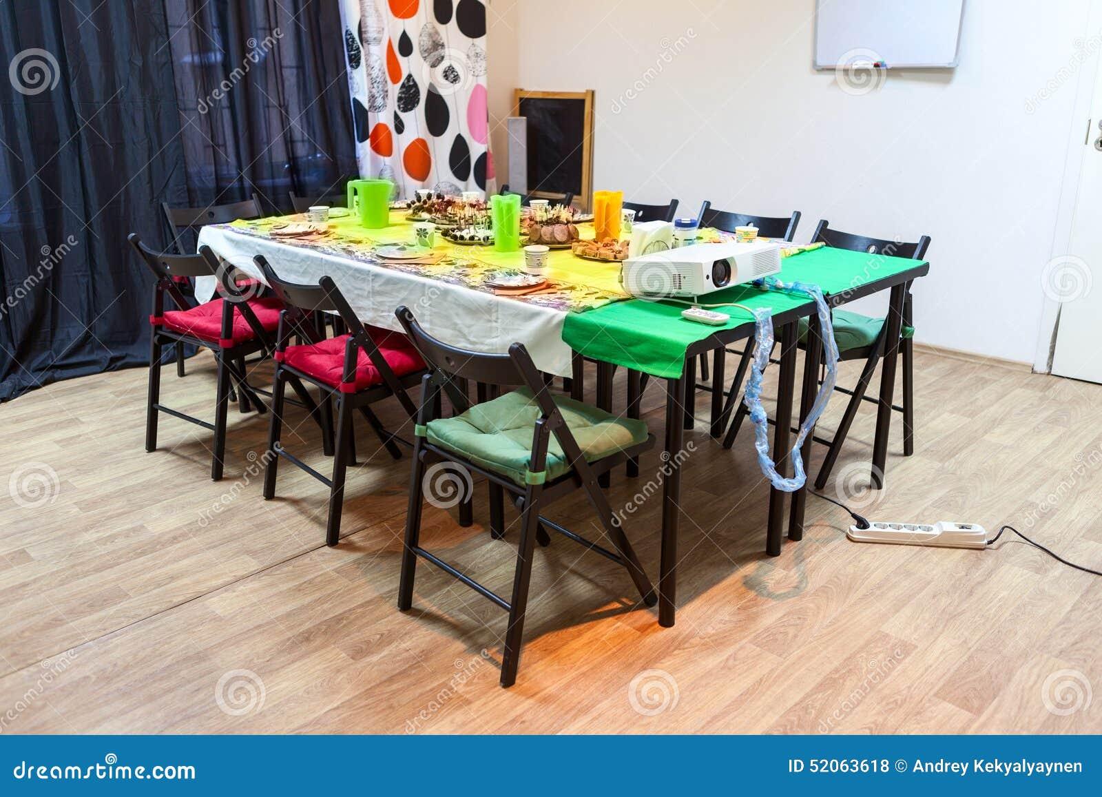 Pranzo Freddo Per Bambini : La tabella con gli spuntini del freddo nella sala celebrare un