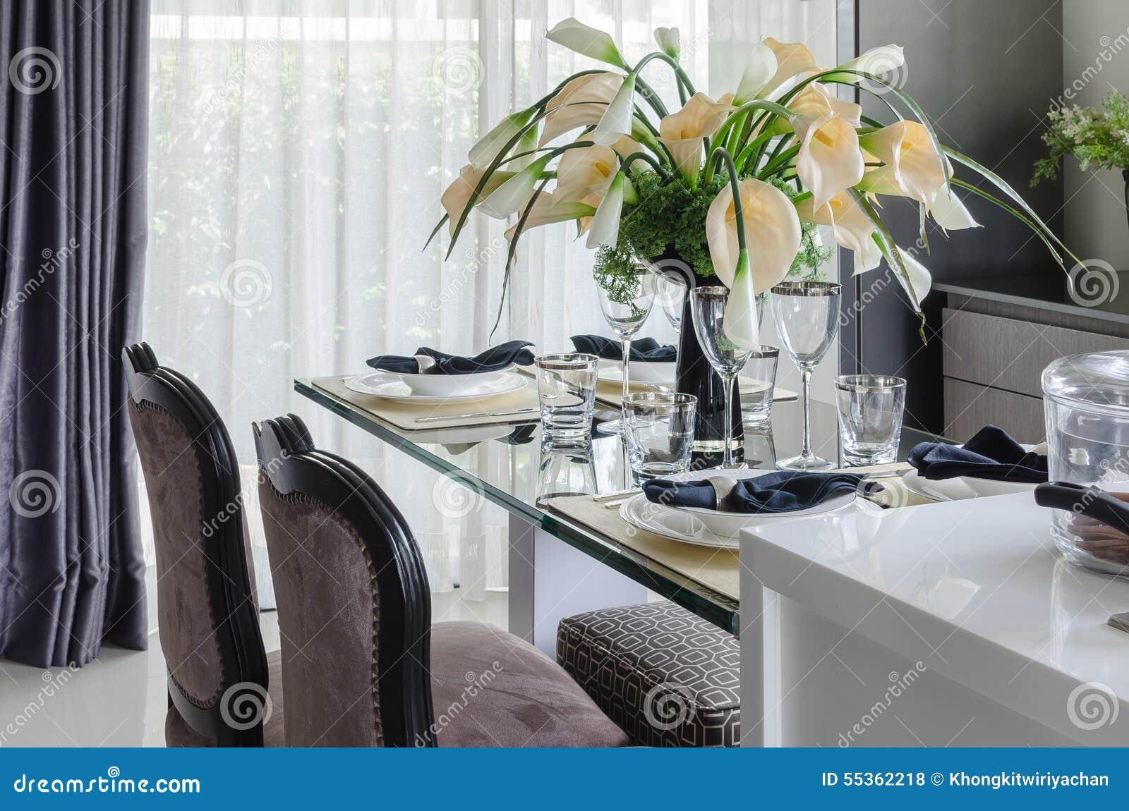 La Tabella ha messo sulla tavola dinning di vetro con il vaso del fiore