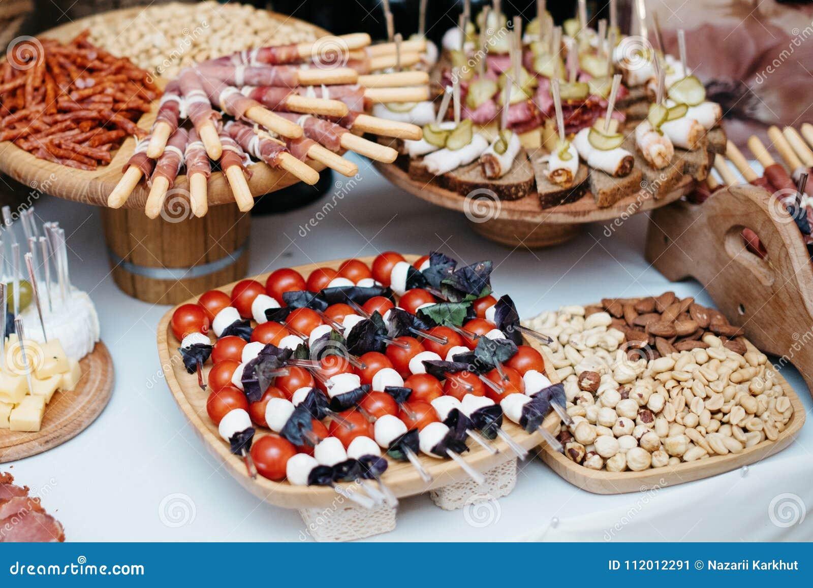 La tabla con la comida barra de los tapas con cocina for Tabla de la barra de la cocina de separacion