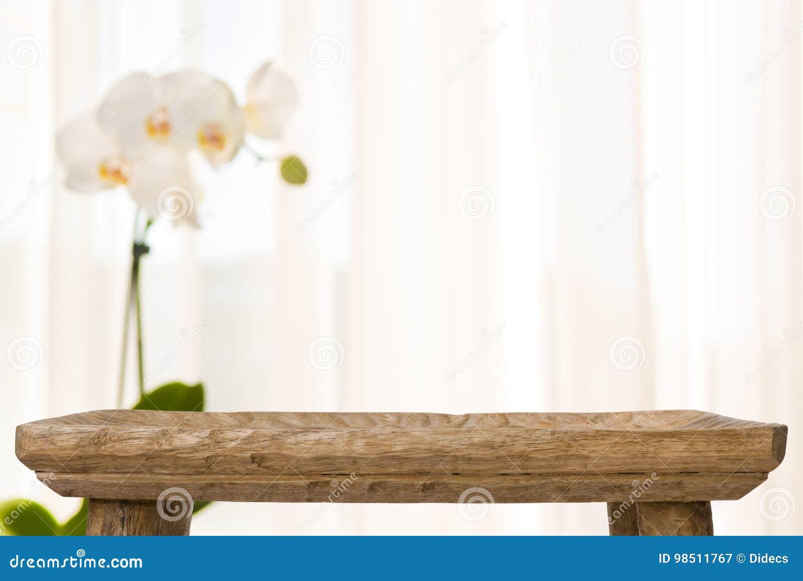 La tabla de madera del cuarto de baño en extracto empañó el fondo con la flor de la orquídea