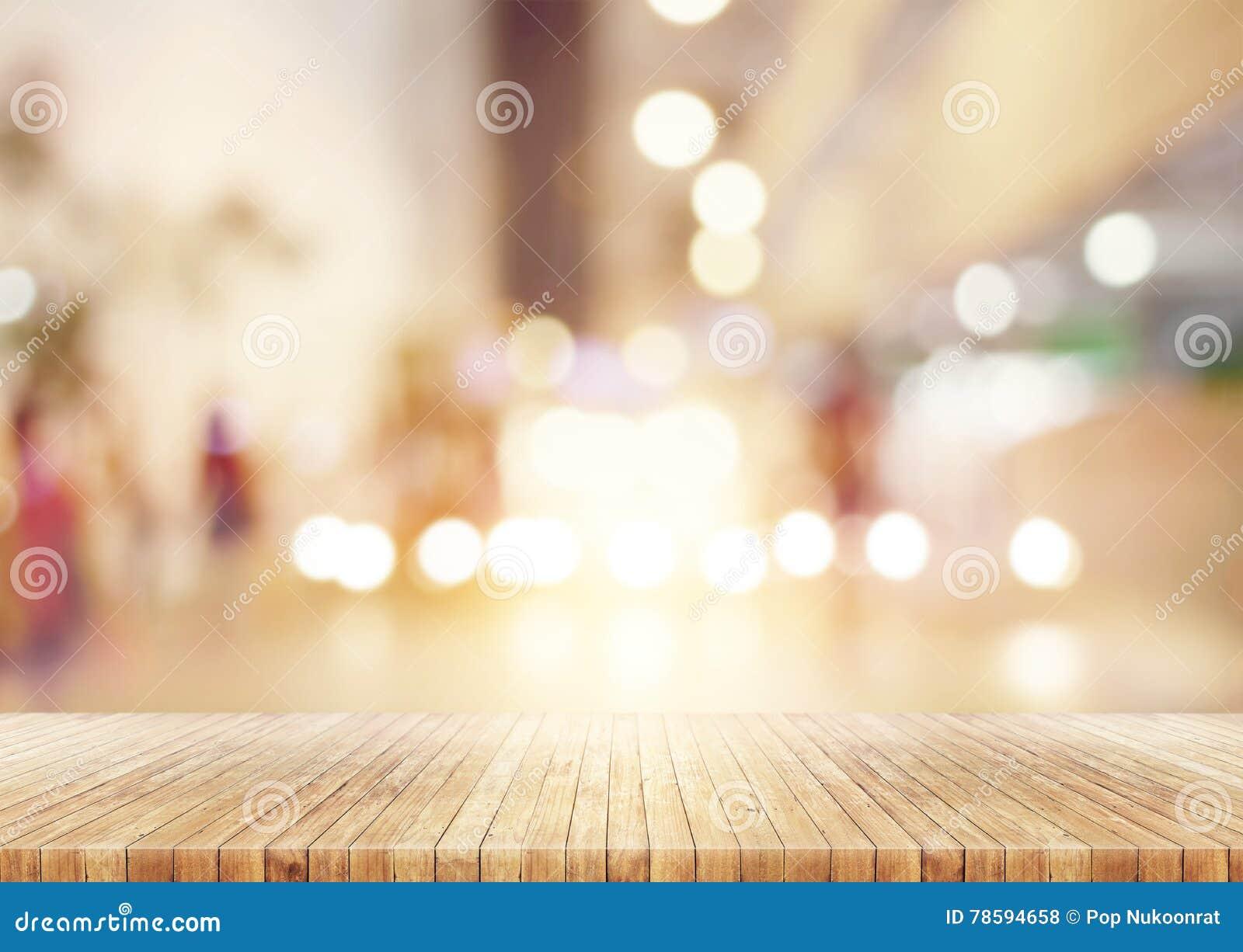 La tabla de madera en extracto empañó el fondo de la alameda de compras