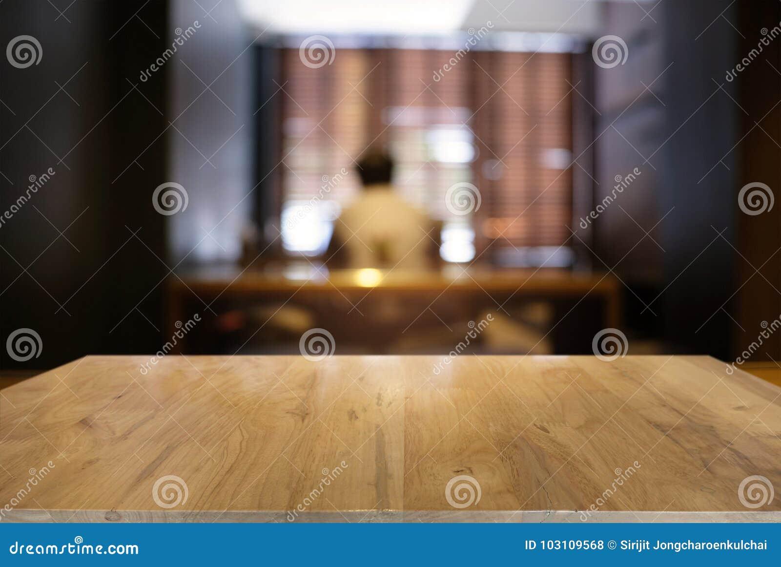 La tabla de madera oscura vacía delante del extracto empañó el backg del bokeh