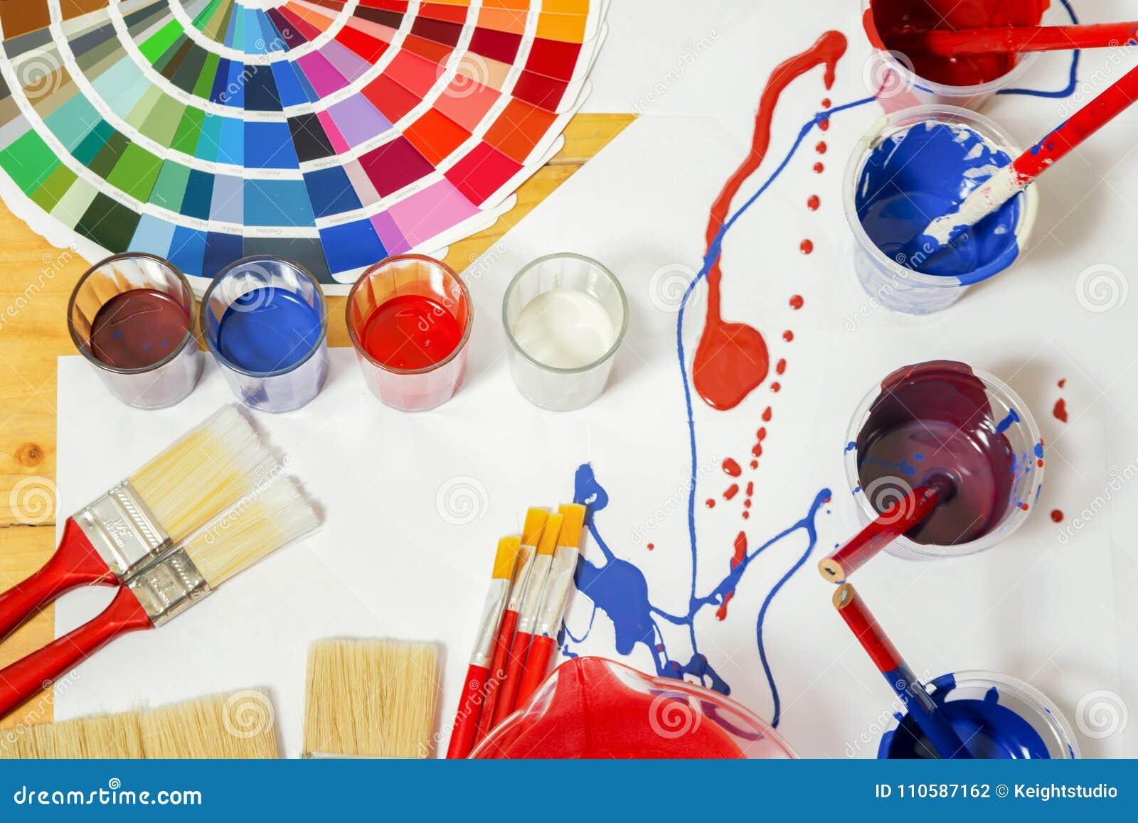 La tabla de trabajo del pintor y del decorador con la casa proyecta, colorea el swatc