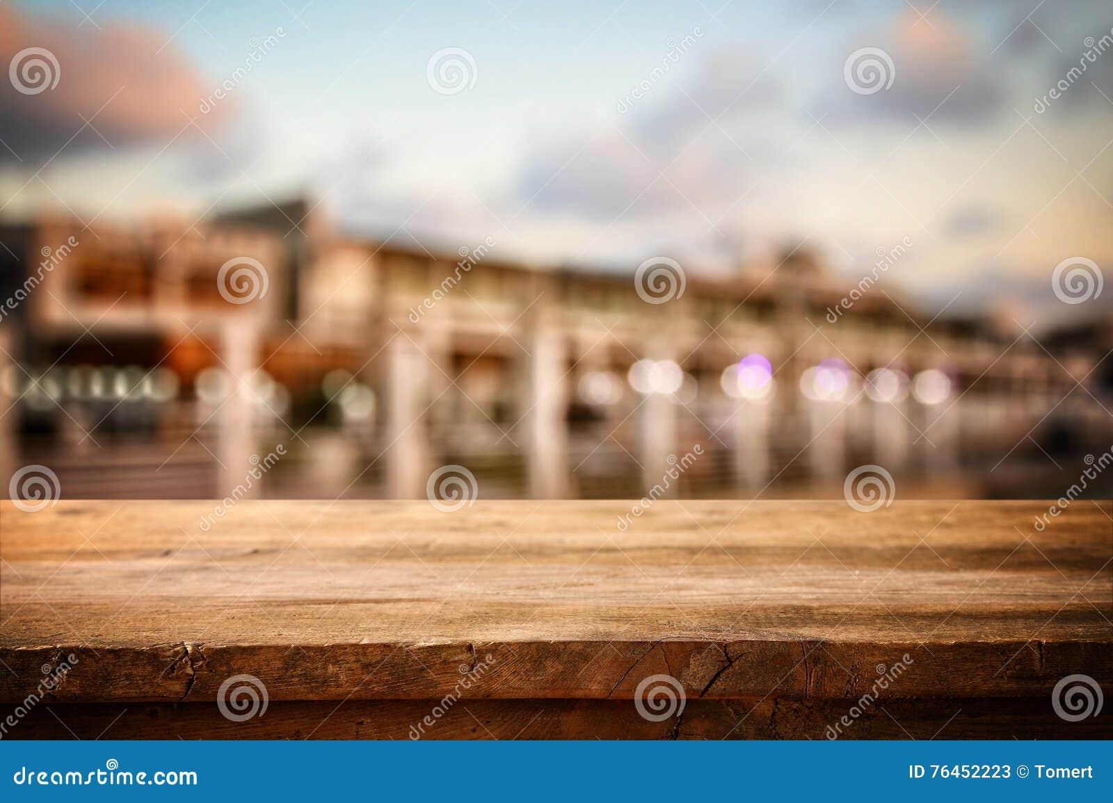 La tabla delante del extracto empañó el fondo de la opinión del restaurante