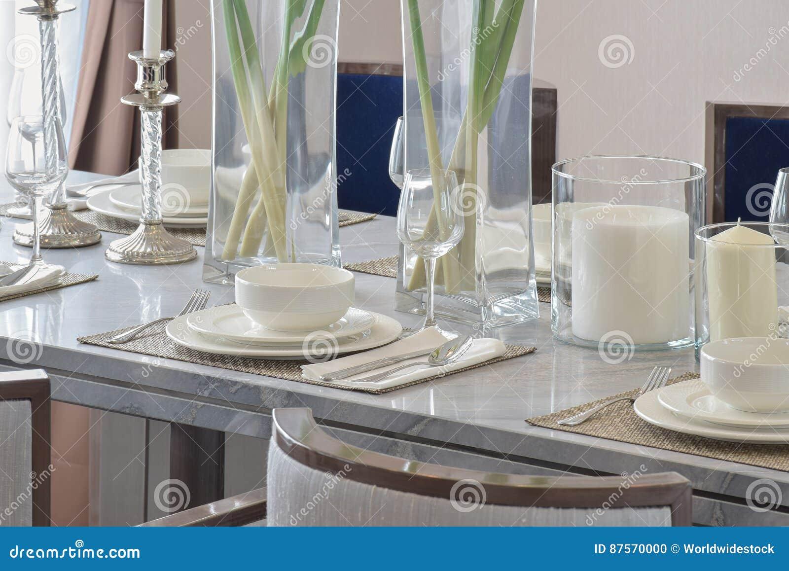 La Table élégante A Placé Sur La Table De Salle à Manger De Marbre Dans  Lu0027intérieur Moderne De Salle à Manger De Style