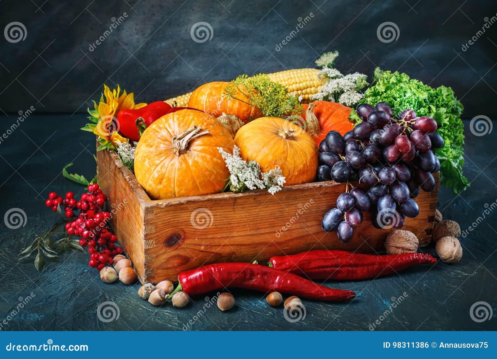 La table, décorée des légumes et des fruits Festival de récolte, thanksgiving heureux