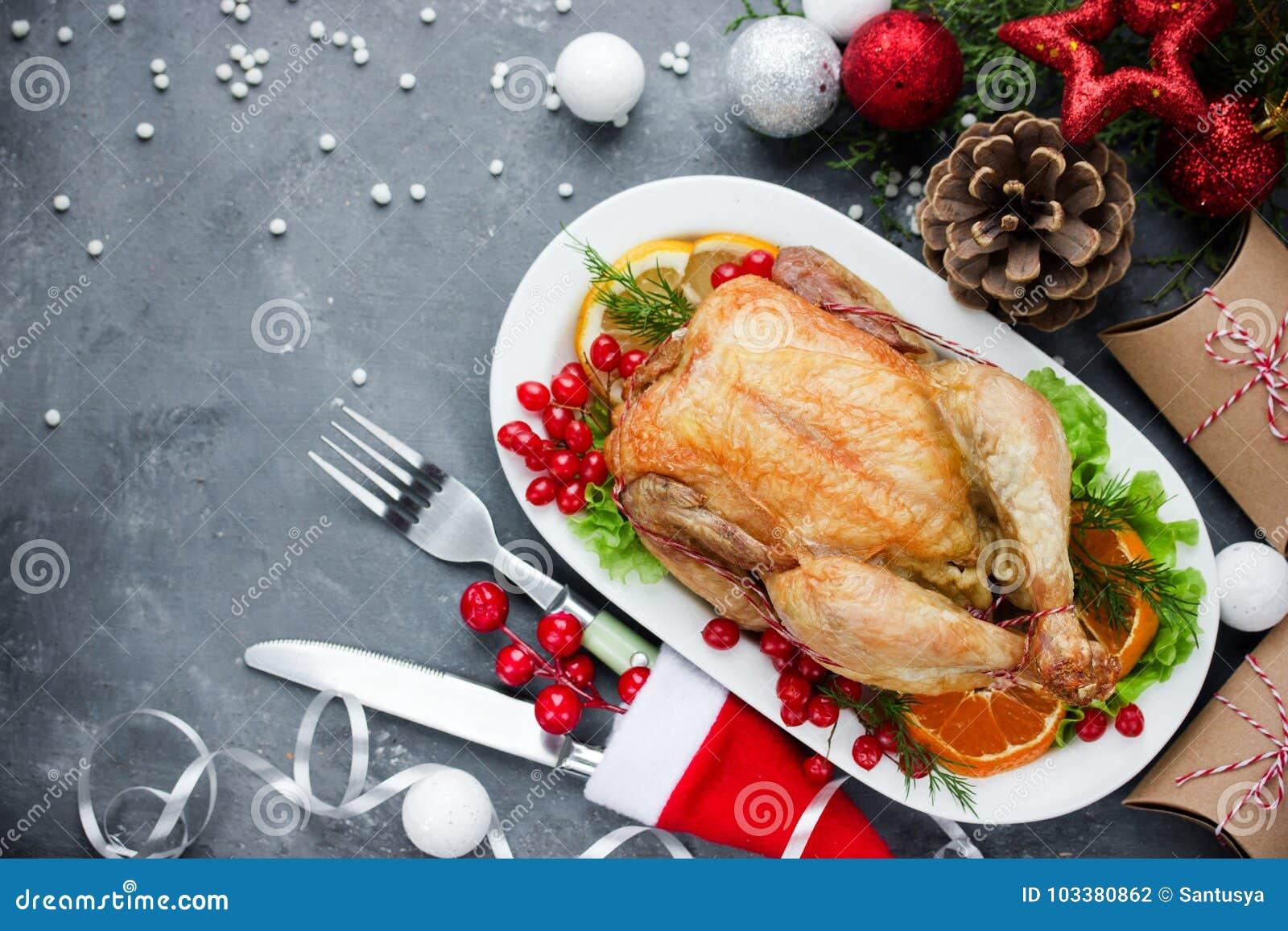 La table de dîner orientée de Noël a rôti le poulet et le deco de Noël