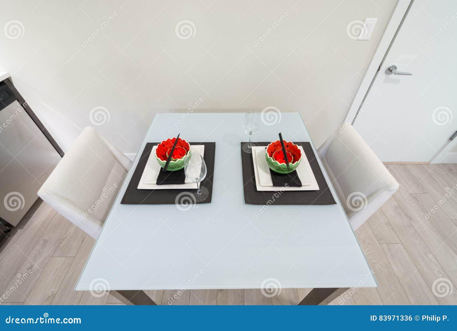 La Table De Salle à Manger A Placé Pour Deux Dans Une Cuisine Moderne