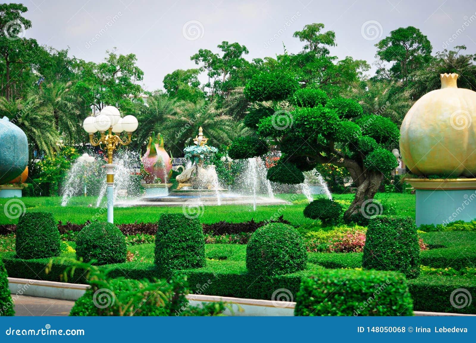 La Tailandia, Pattaya, il parco del palazzo del re Bong, Sukhavati del pollo