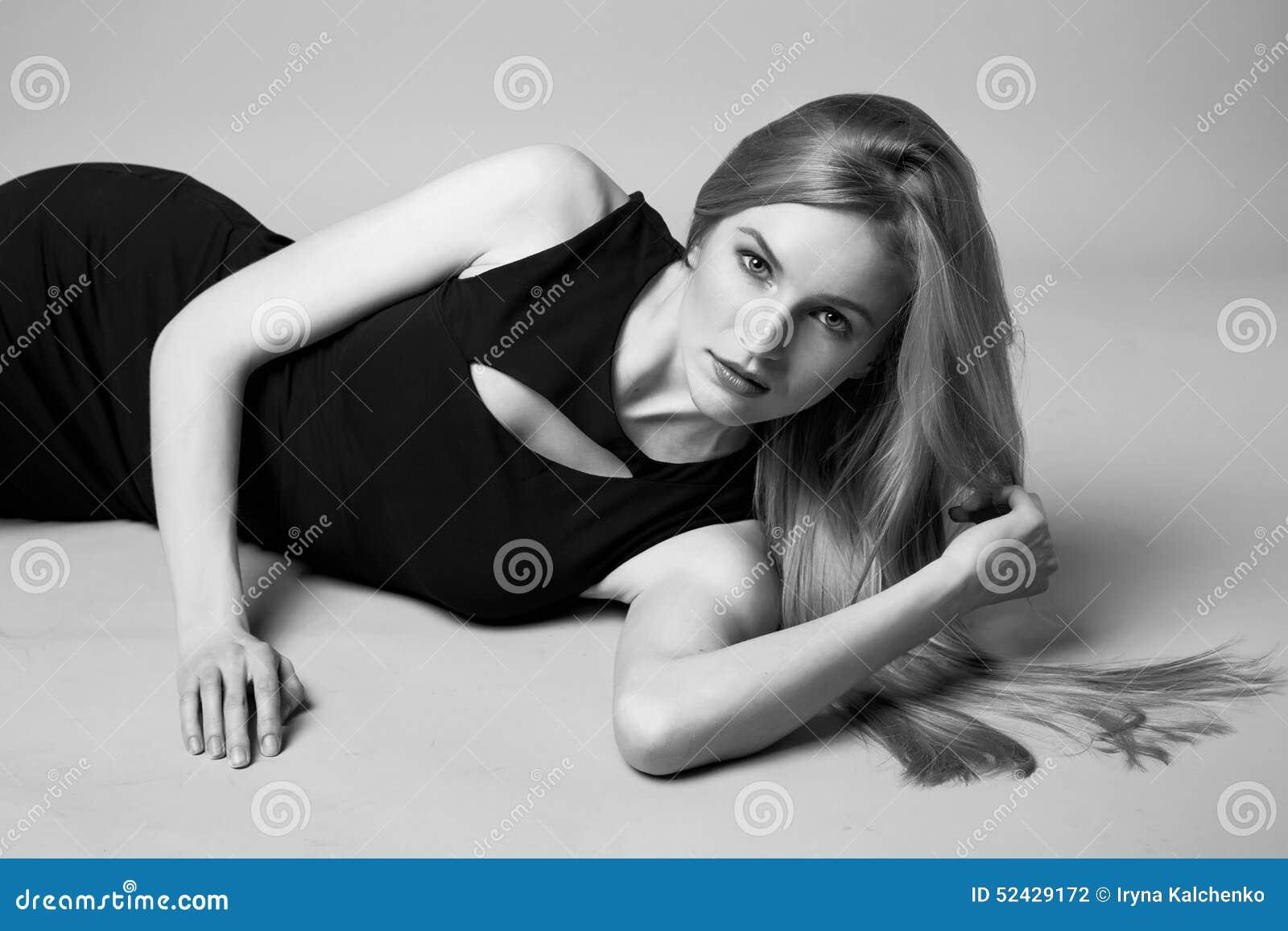 La tarde atractiva hermosa del pelo rubio de la mujer compone la ropa informal