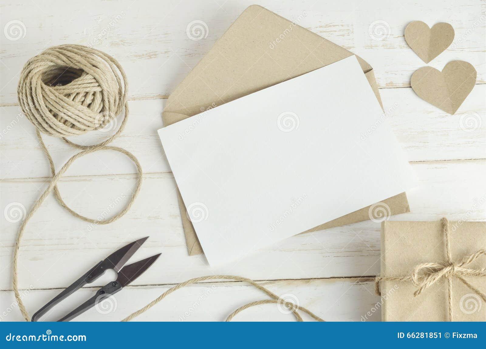 La tarjeta de felicitación con marrón envuelve