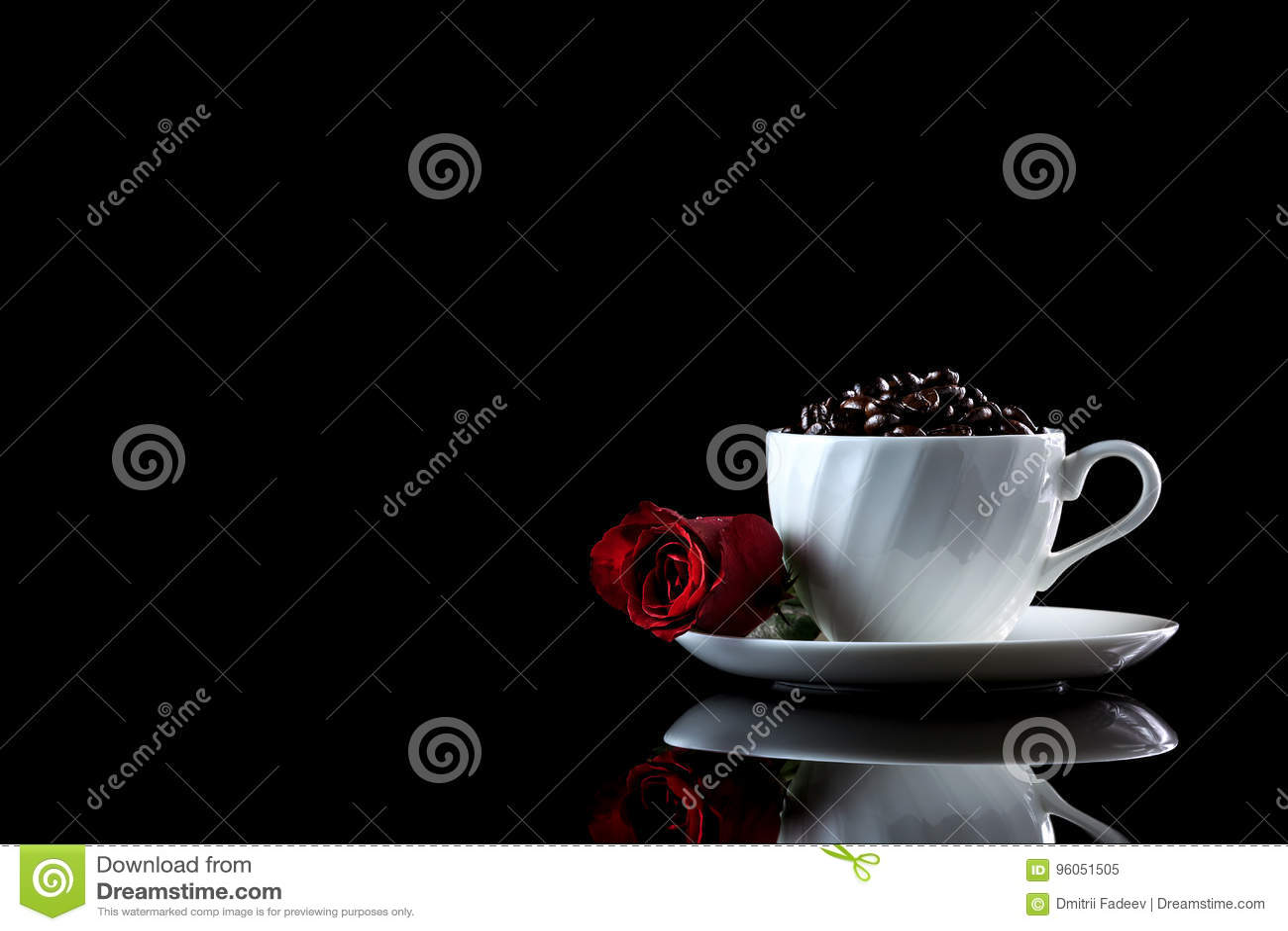 La tasse avec des grains de café et s est levée sur un fond réfléchi noir W