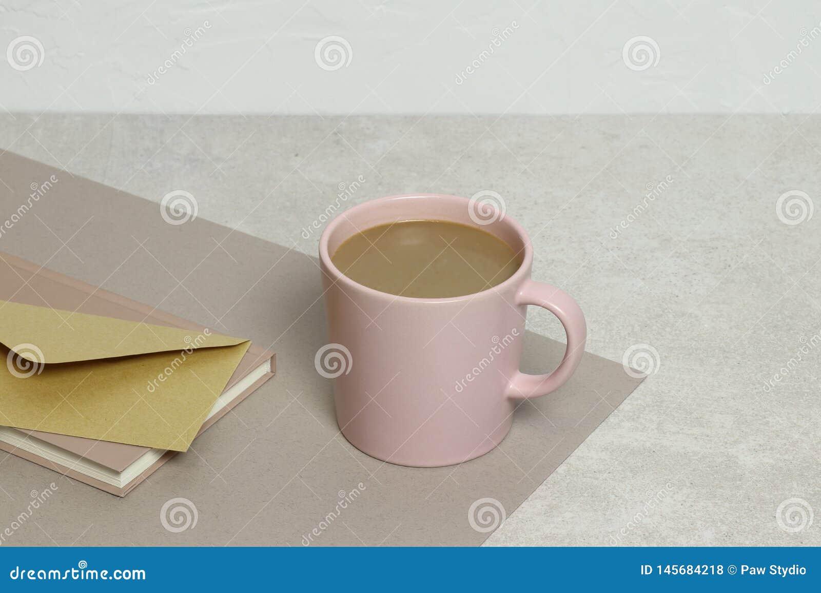 La tasse de café, enveloppe de papier d emballage, notes sur la texture de granit