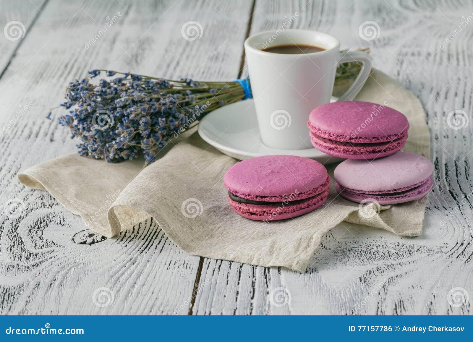 La tasse de café et de lavande fleurit sur la table en bois blanche