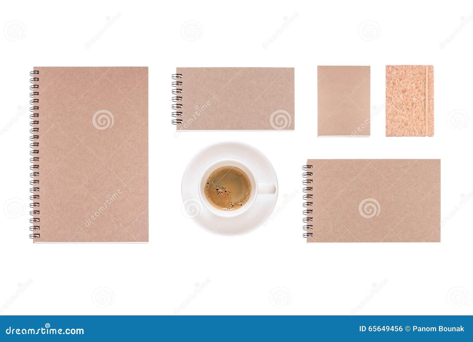 La tasse de café et le journal intime de vintage réservent sur le fond blanc