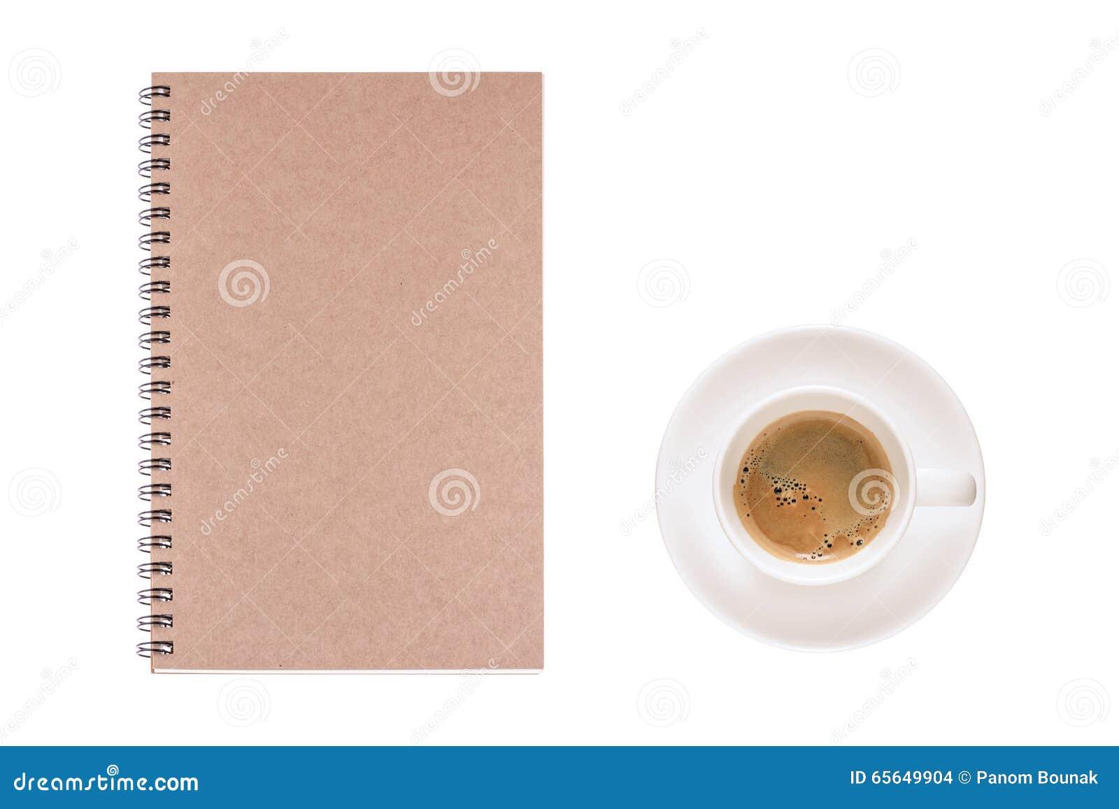 La tasse de café et le journal intime de vintage réservent sur le fond blanc, pour le writi