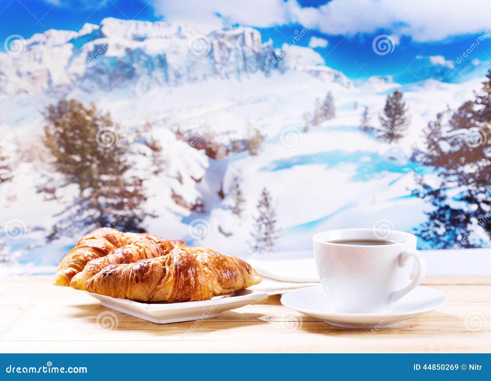 https://thumbs.dreamstime.com/z/la-tasse-de-caf%C3%A9-et-les-croissants-au-dessus-de-l-hiver-am%C3%A9nagent-en-parc-44850269.jpg