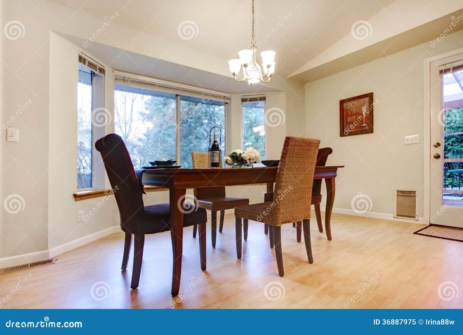 Download La Tavola Di Legno Meravigliosa Ha Messo In Una Sala Da Pranzo Luminosa Immagine Stock - Immagine di casa, progettista: 36887975