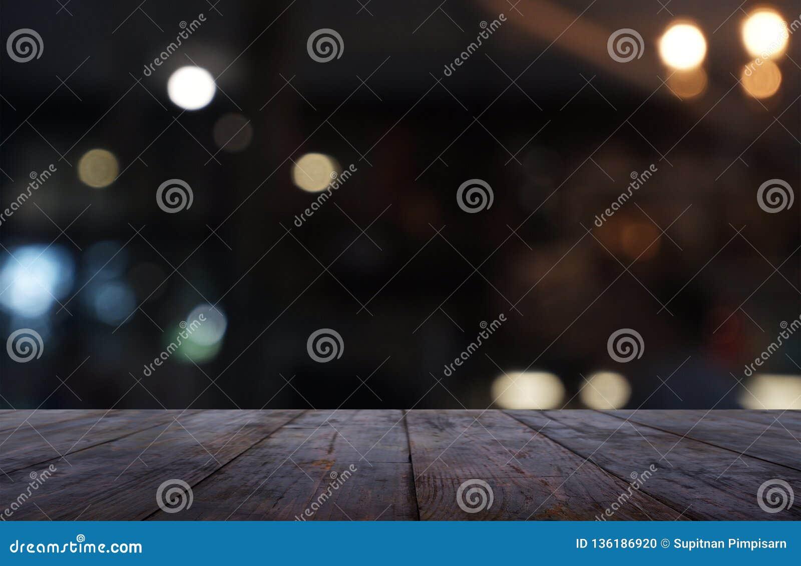 La tavola di legno scura vuota davanti all estratto ha offuscato il fondo dell interno della caffetteria e del caffè Può essere u
