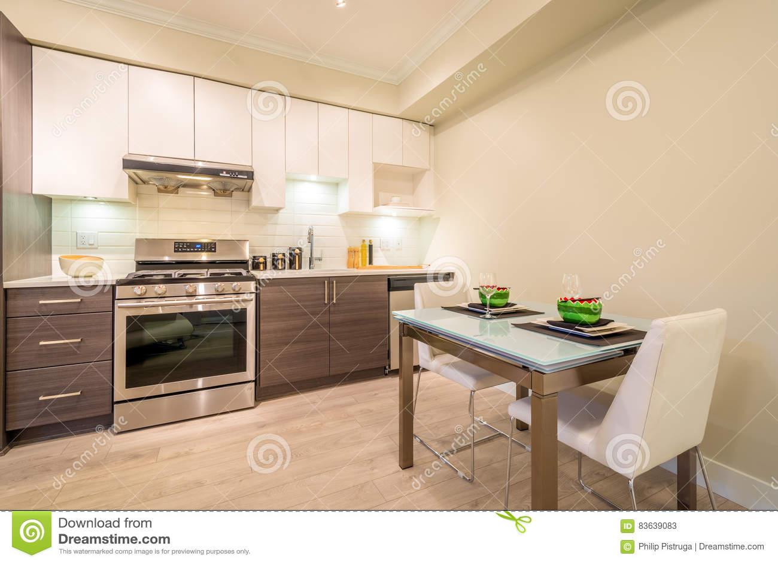 La tavola moderna della sala da pranzo ha messo per la for Cucina con sala da pranzo