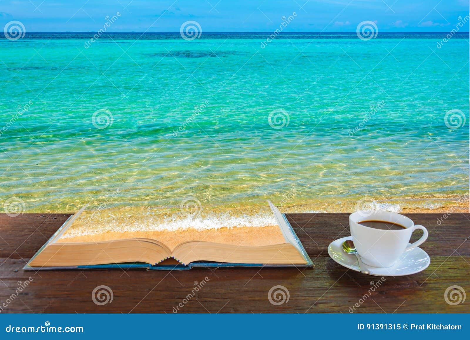 La tazza da caff e prenota il mare sulla vecchia tavola di legno immagine stock immagine di - Il mare in tavola ...