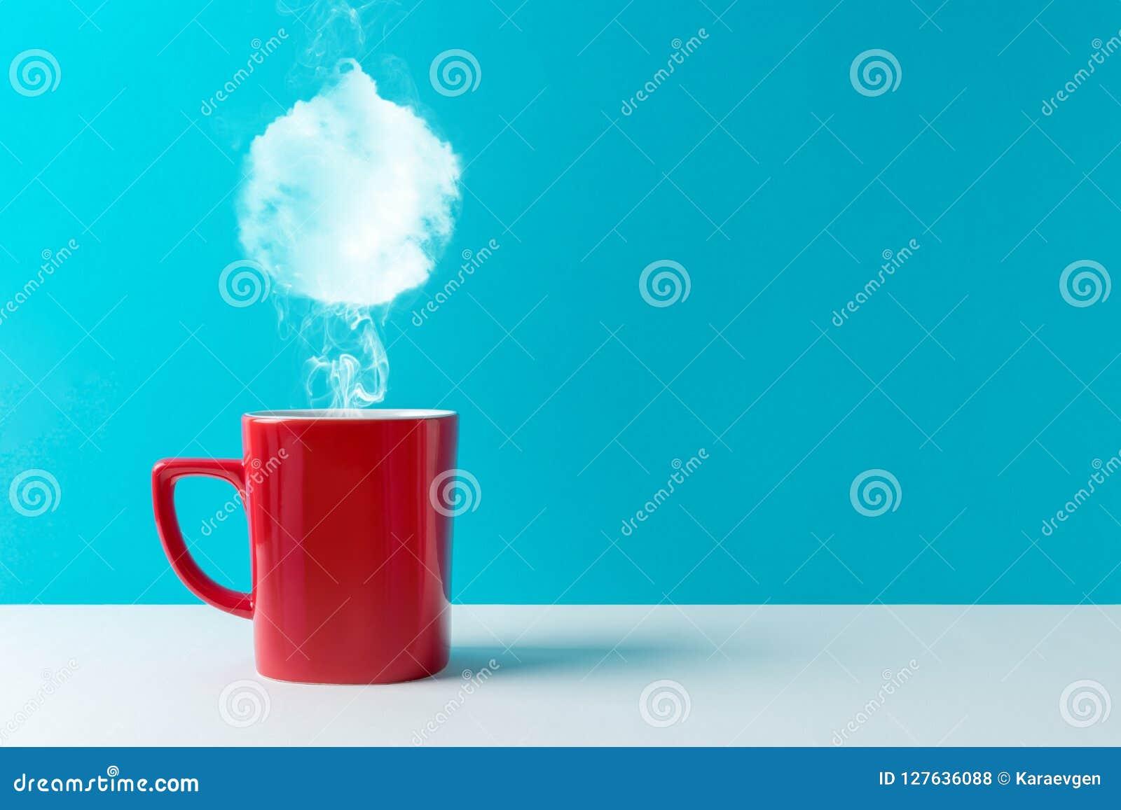 La tazza di caffè con vapore ha modellato della decorazione della bagattella di Natale
