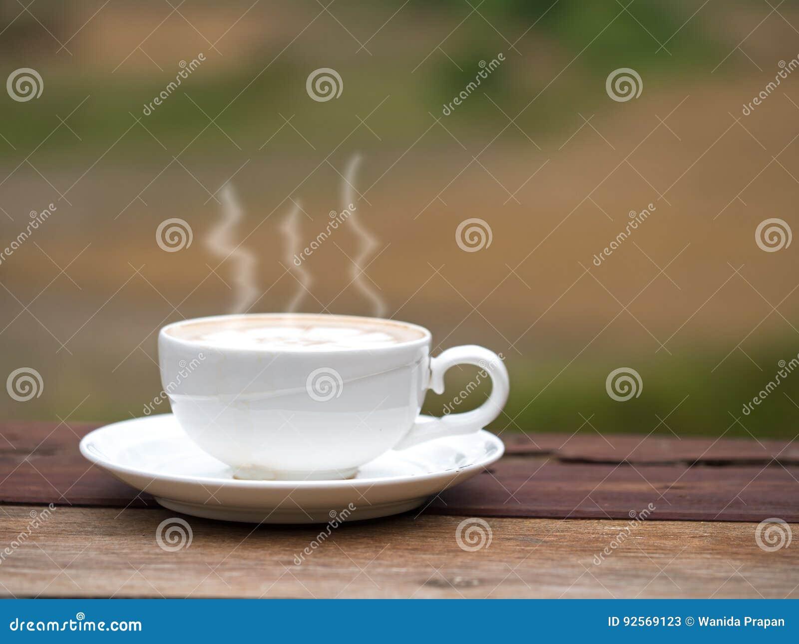 La tazza di caffè su paglia nell aumento sistema