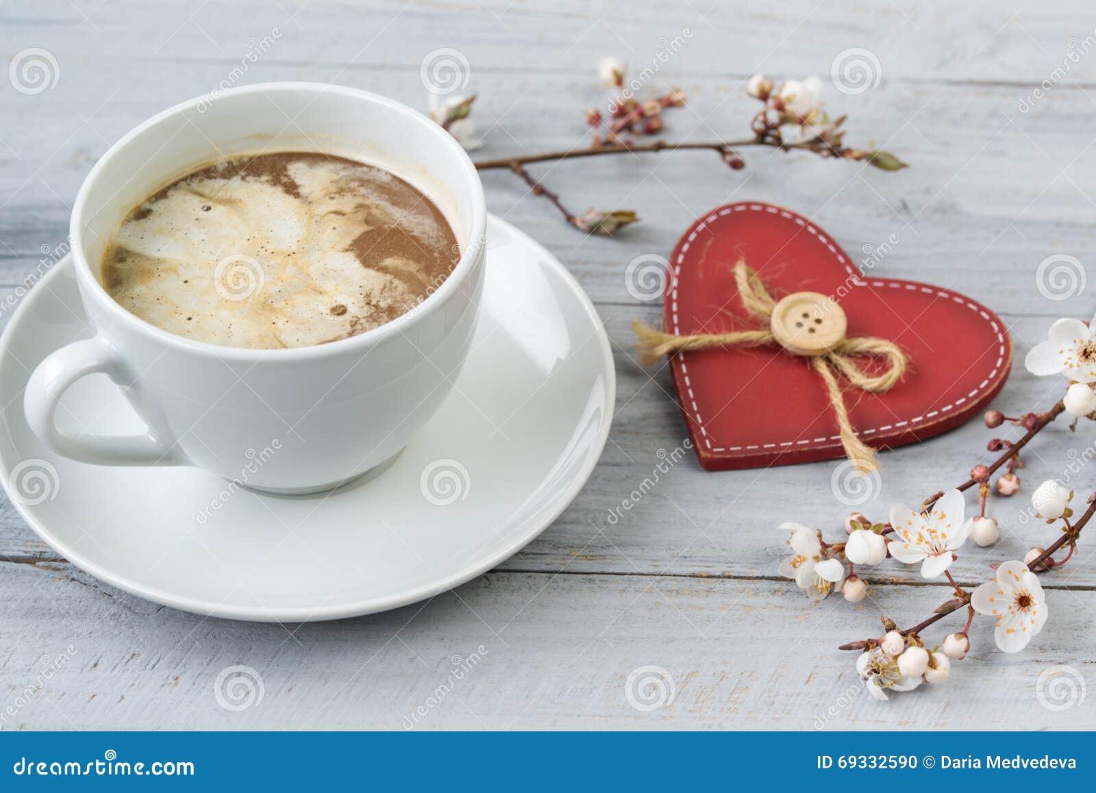La Tazza Di Caffè Con Cuore Crema E Rosso, Sulla Tavola Di Legno ...