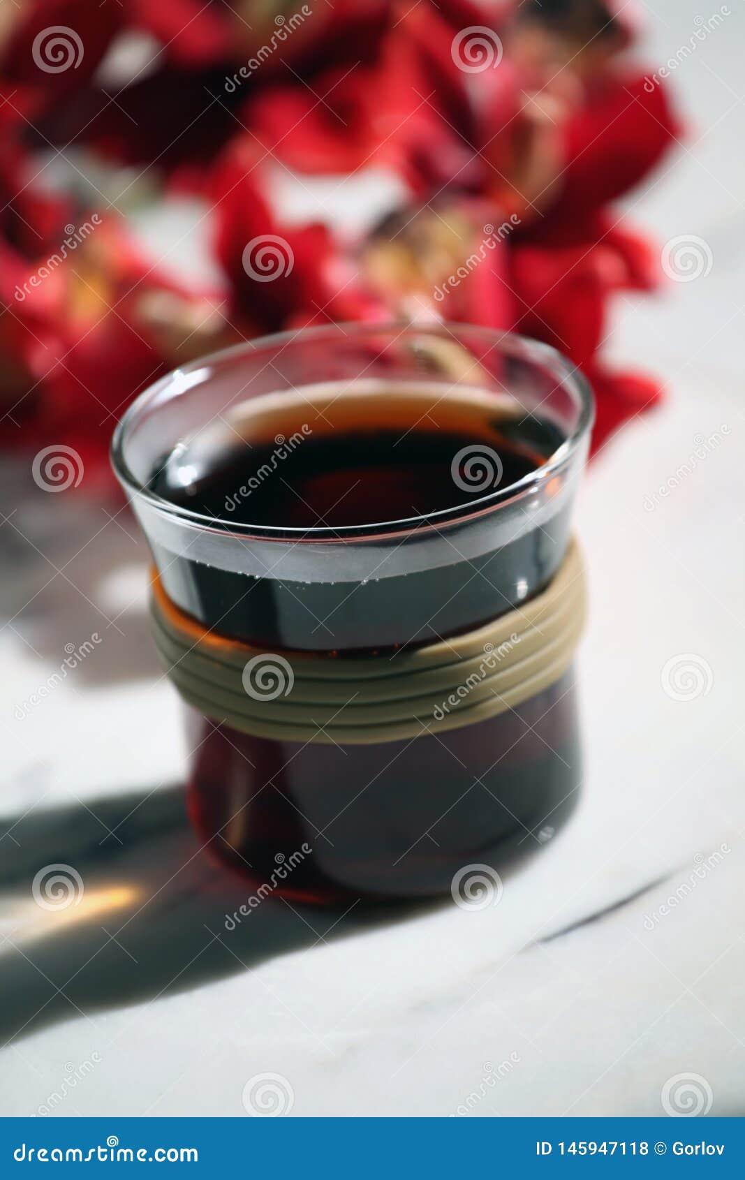 La tazza di t? calda nera non marmorizza nessuno