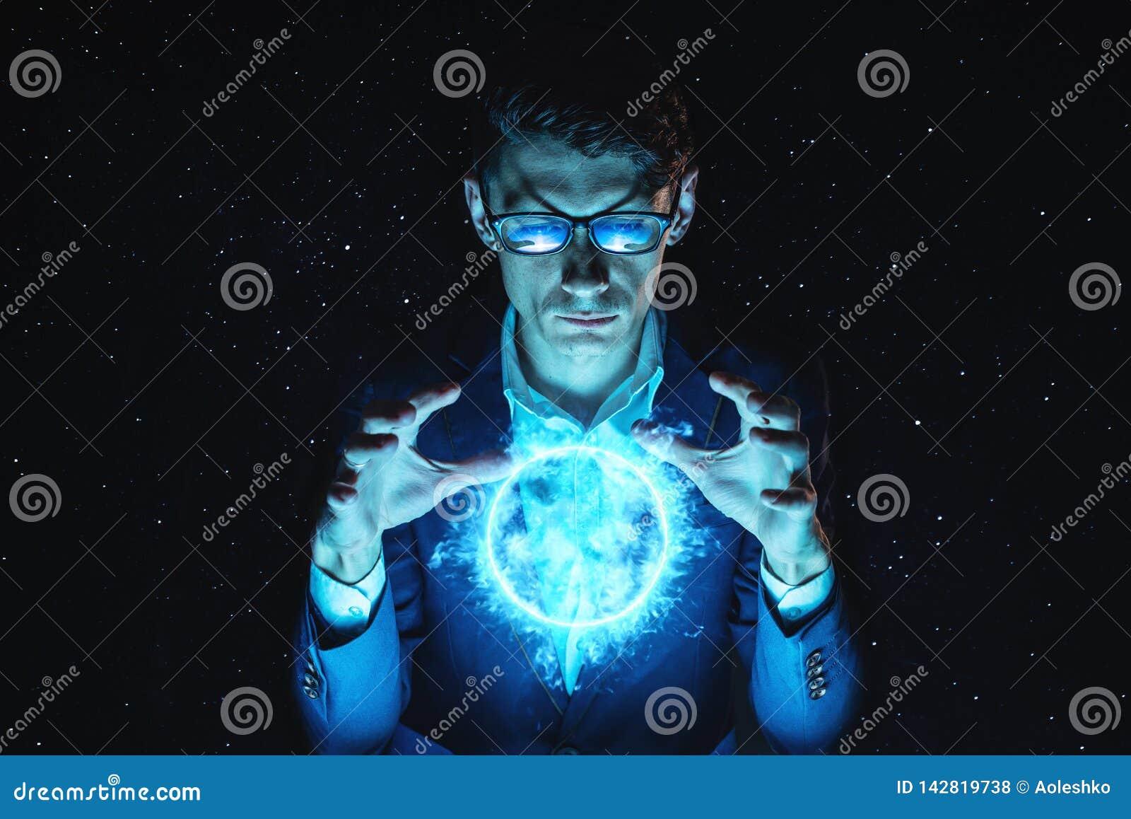 La tenencia del hombre de negocios del hombre entrega una esfera azul del plasma que brilla intensamente Predicción y previsión