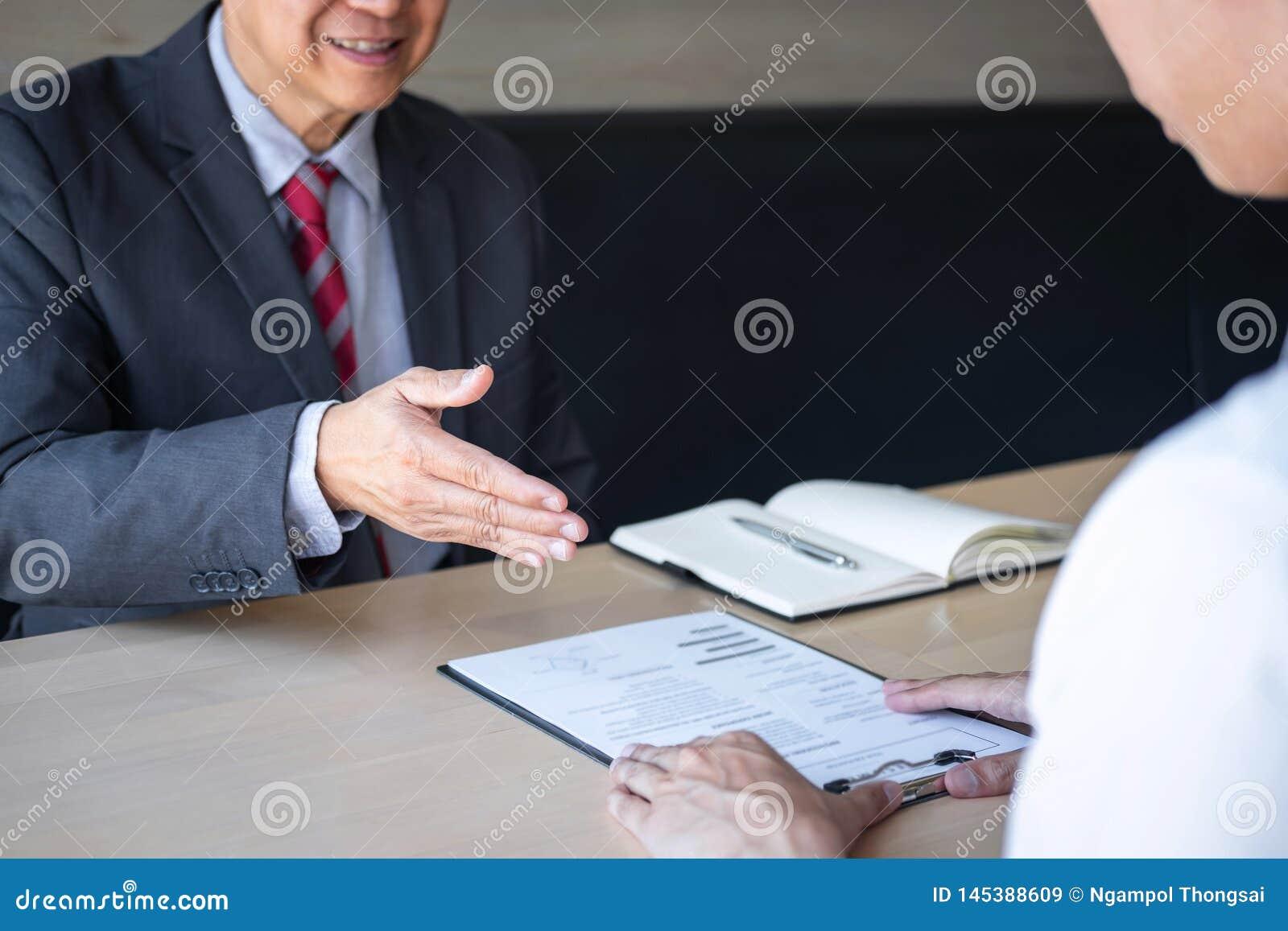 La tenencia del patr?n o del reclutador que lee un curriculum vitae durante alrededor coloquio su perfil del candidato, patr?n en