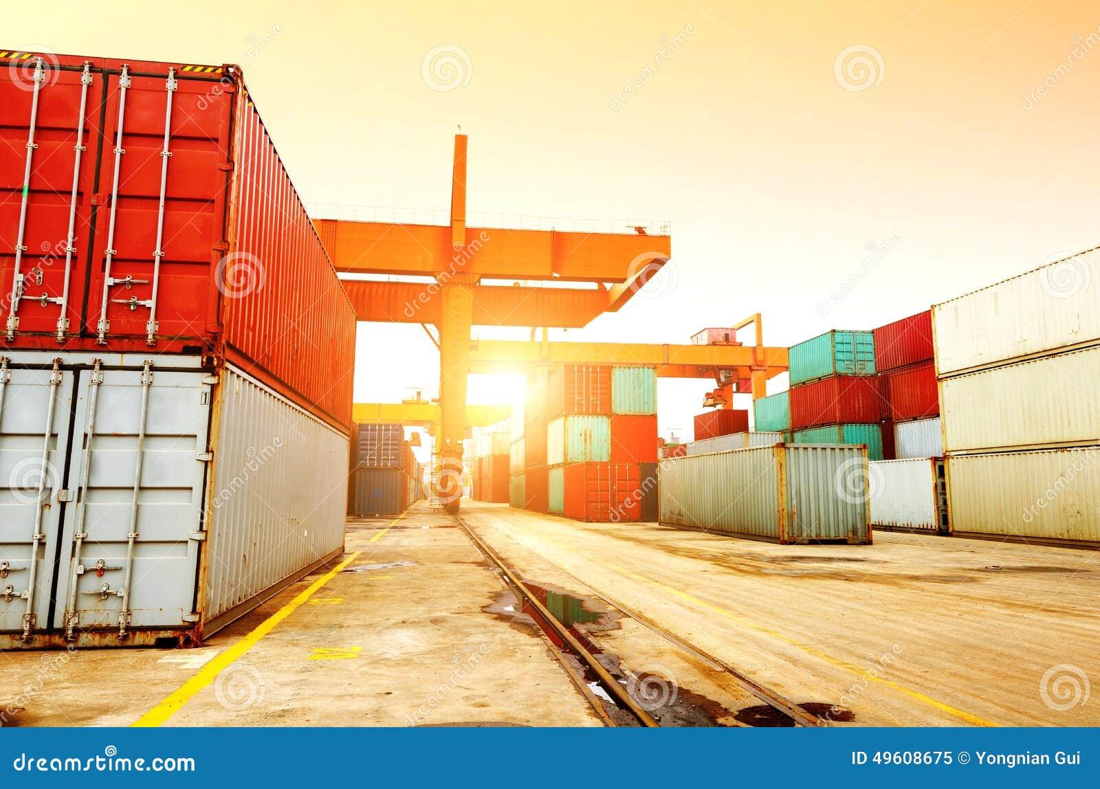 La terminal de contenedores en la oscuridad