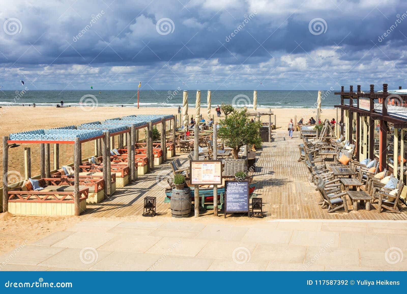 La Terraza De Un Club De La Playa A Lo Largo Del Bulevar En