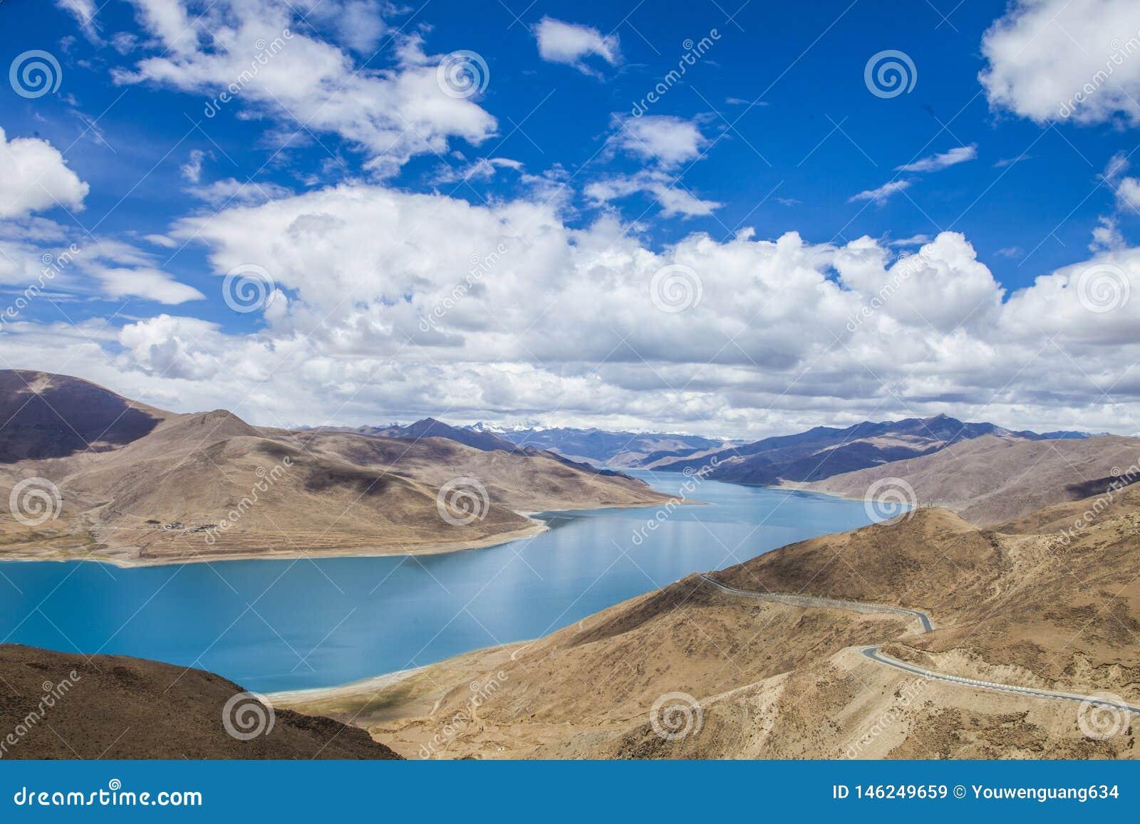 La terre, rivière, ciel bleu et nuages blancs