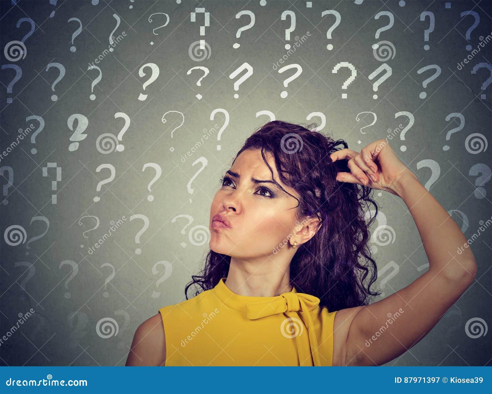 La testa di pensiero confusa di scratch della donna ha molte domande