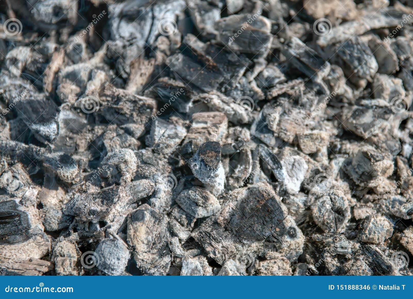 La texture de la cendre chaude, grise, sur, gril