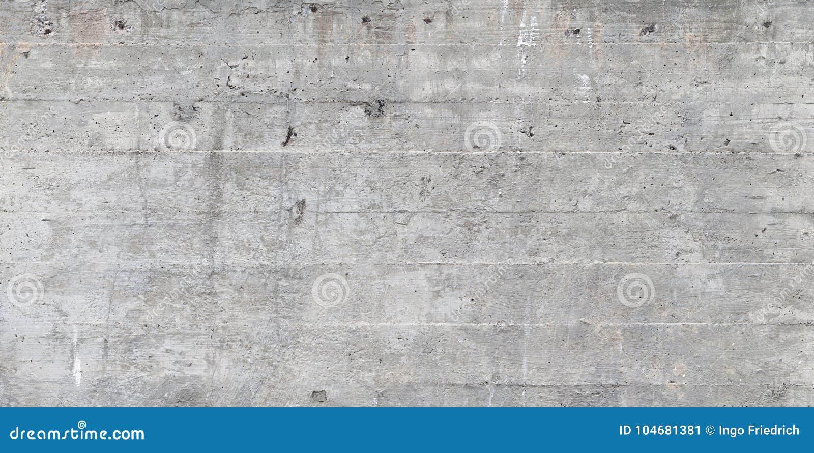 la texture du coffrage en bois a embouti sur un mur en béton cru