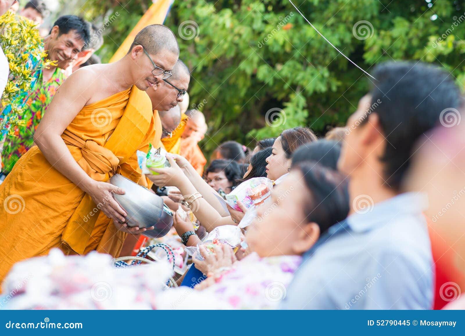 La Thaïlande 13 avril : : donnez l aumône à un moine bouddhiste dans le Fest de Songkran