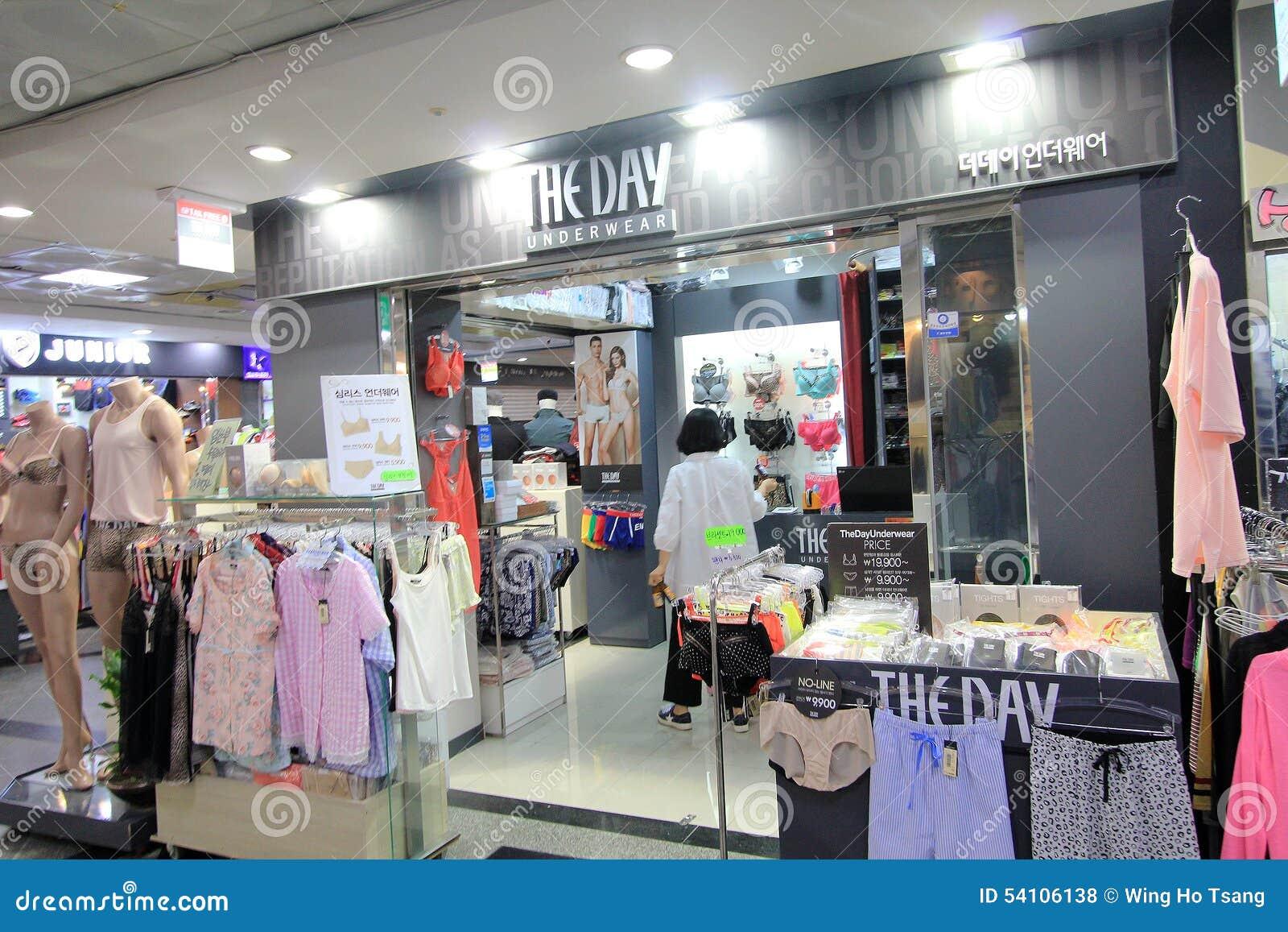 7dfd38605c La Tienda De La Ropa Interior Del Día En Seul Foto de archivo ...