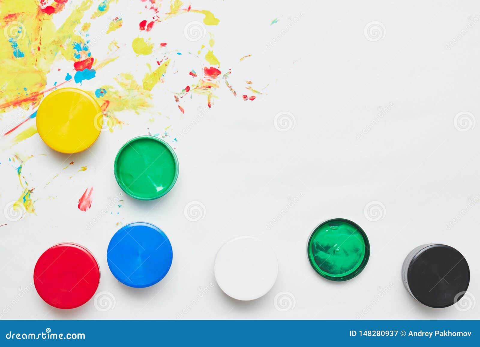 La tinta de los ni?os para dibujar en un fondo blanco, pinturas del finger, impresiones de la mano