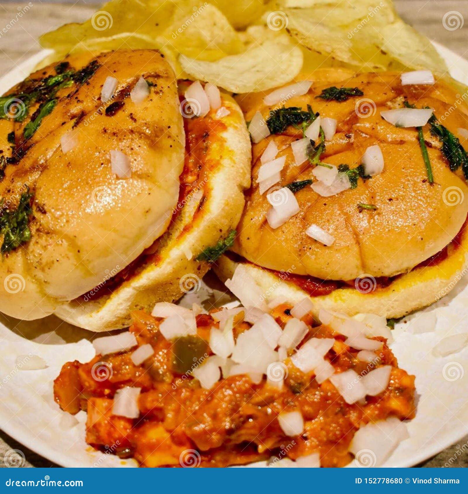 La tomate de burgerA de Tawa a basé le cari végétal mélangé avec du fromage et le panner mélangé, diffusion sur des morceaux de p