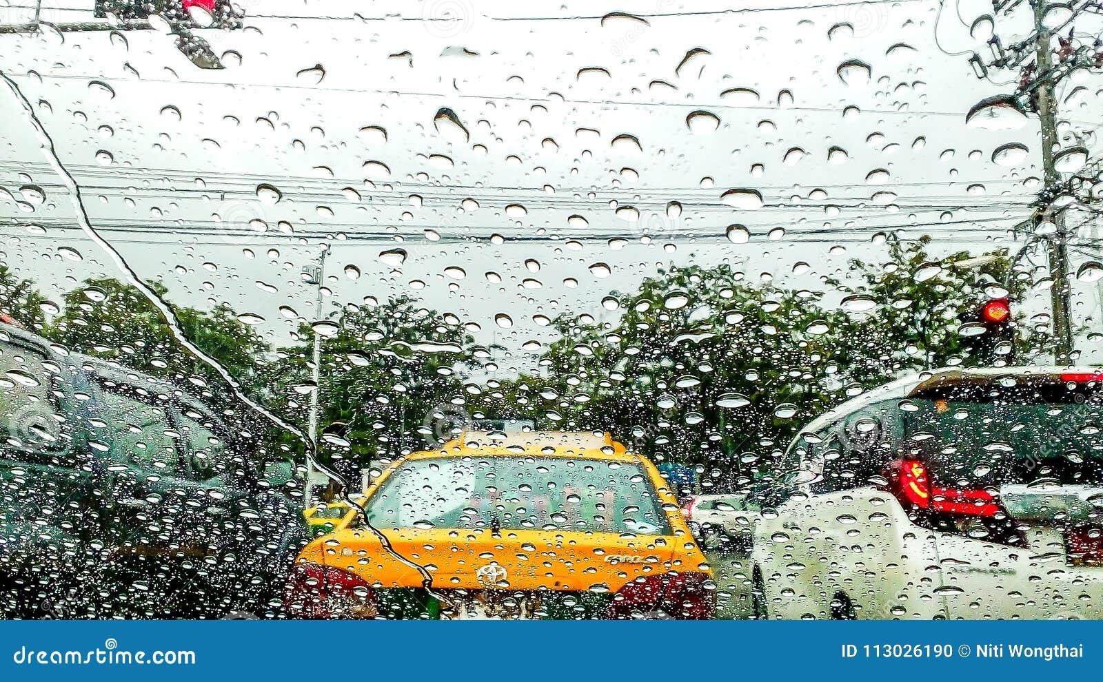 La tormenta del verano trajo las fuertes lluvias por la mañana, causando tráfico