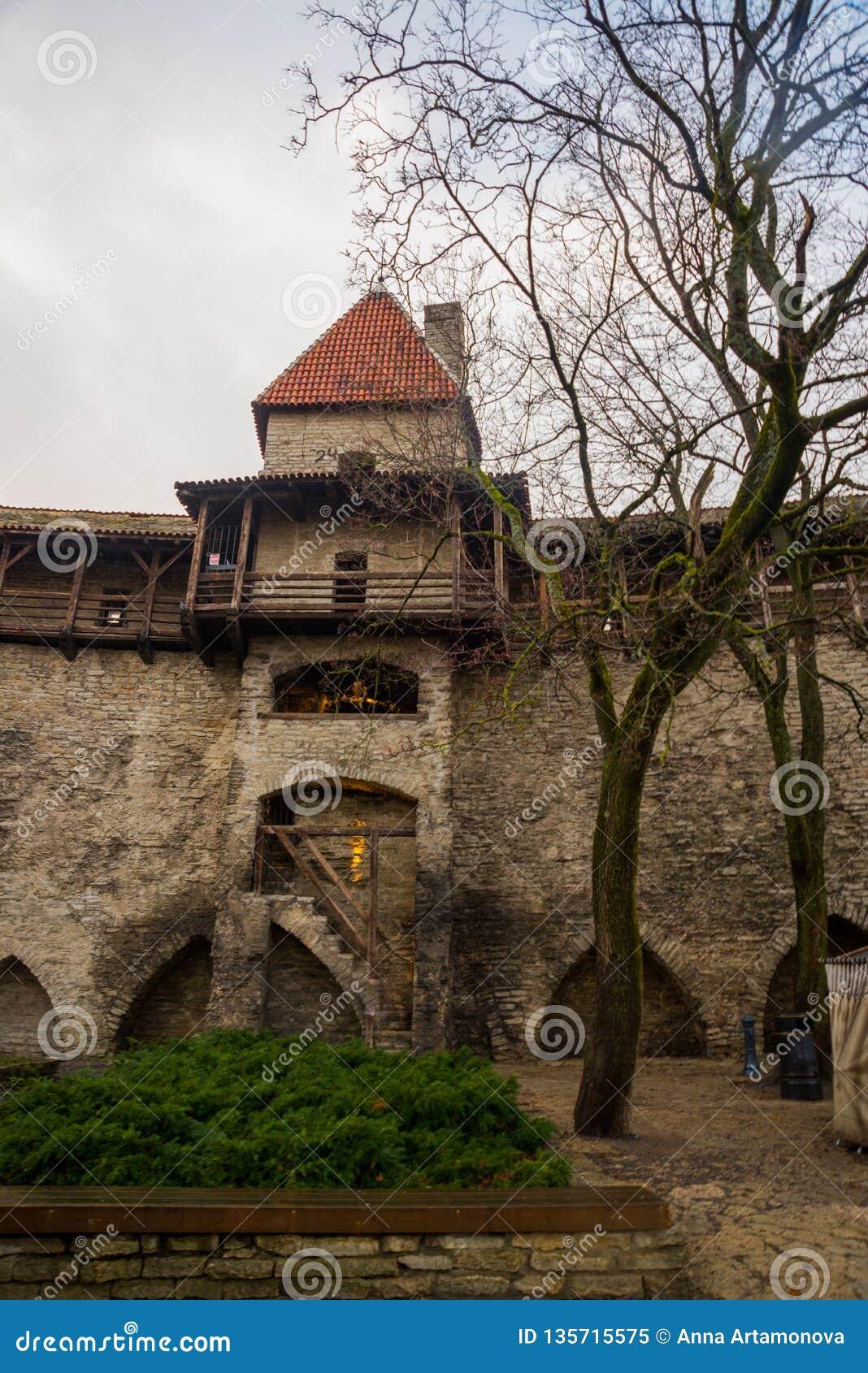 La torre anterior Neitsitorn de la prisión en Tallinn vieja, Estonia Torre virginal