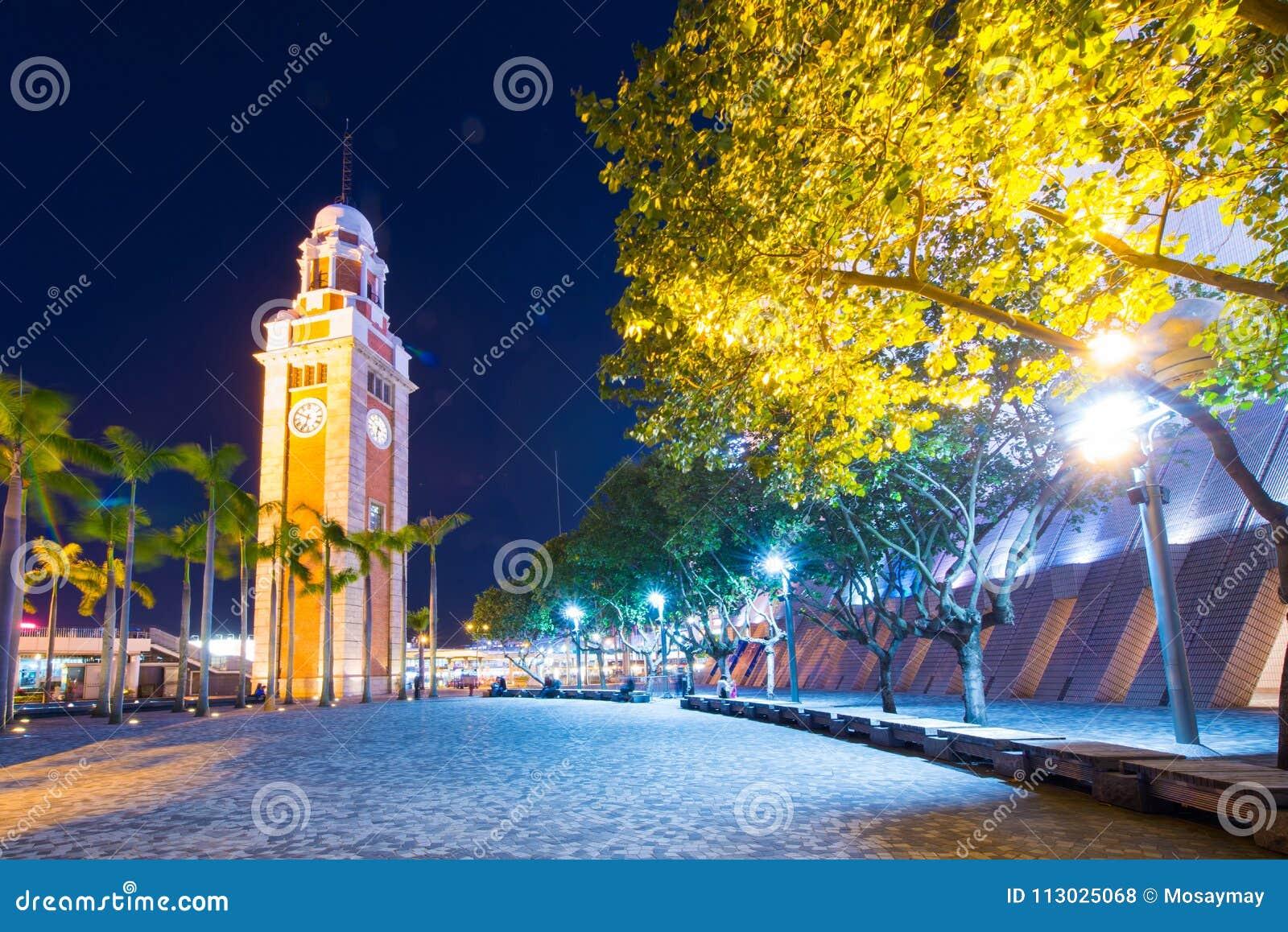 La torre de reloj es una señal en Tsim Sha Tsui en el crepúsculo