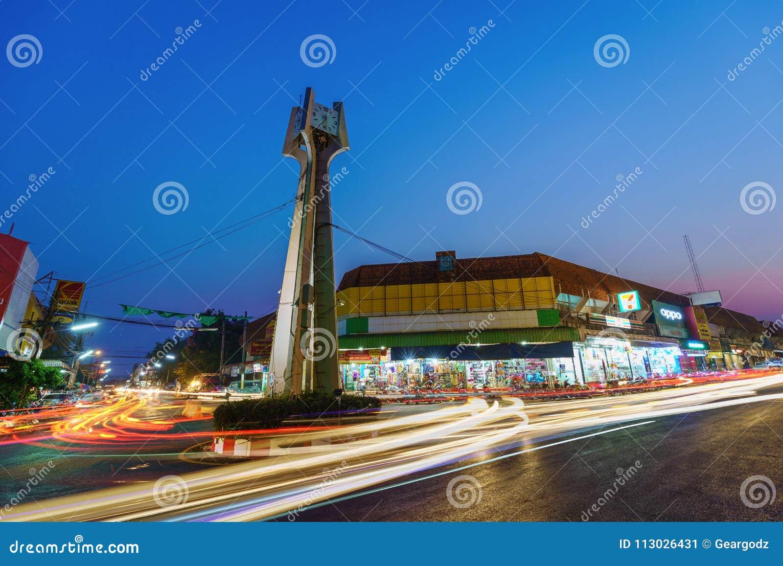 La torre de reloj de Khonburi en la noche es señal en el centro abajo