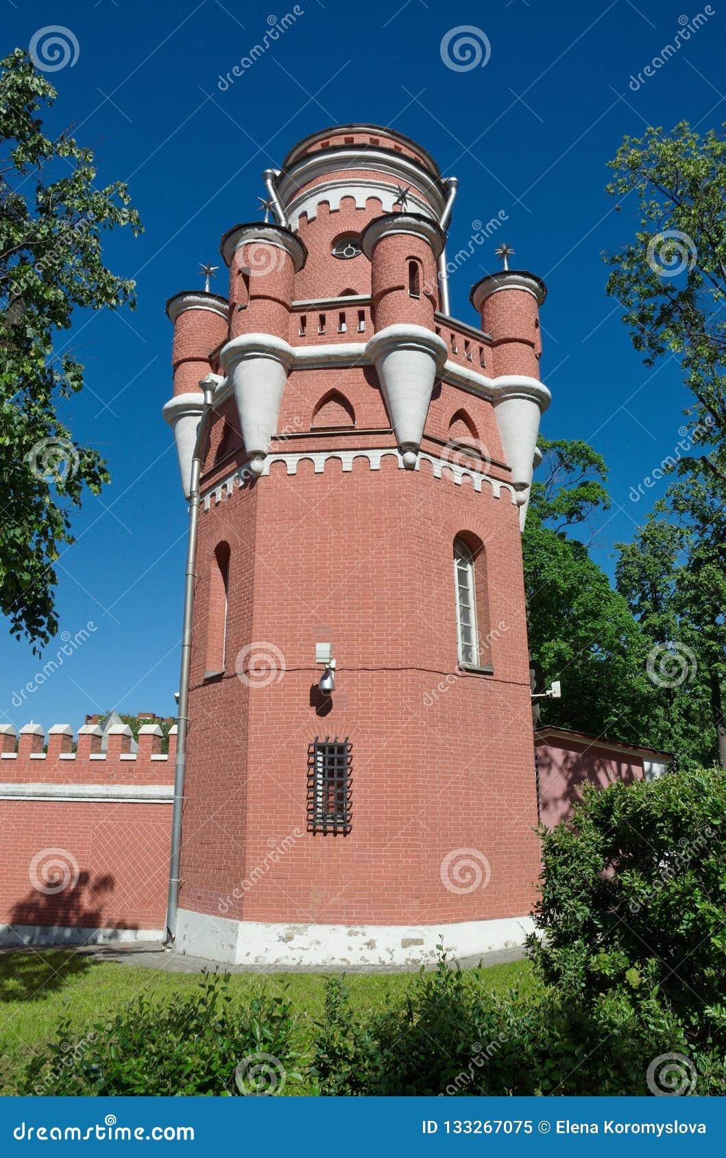 La torre del palacio del viaje de Petrovsky en Moscú en la perspectiva de Leningradsky, Rusia